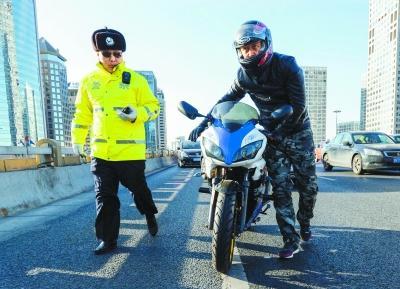 北京东三环国贸桥:一小时查处交通违章48起