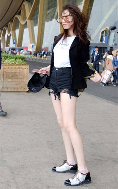 林允最新机场街拍示范 寒风中露出大长腿性感撩人