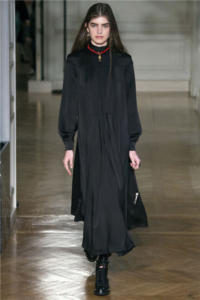 Valentino于巴黎时装周发布2017秋冬系列高级成衣