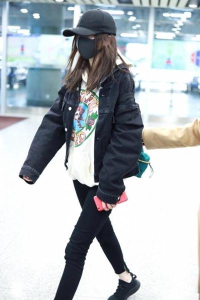 杨幂最新机场街拍示范 牛仔外套+卫衣化身时髦少女