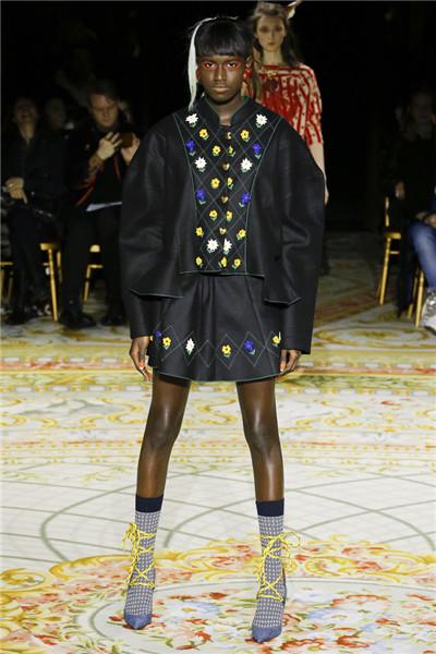 Vivienne Westwood于巴黎时装周发布2017秋冬系列