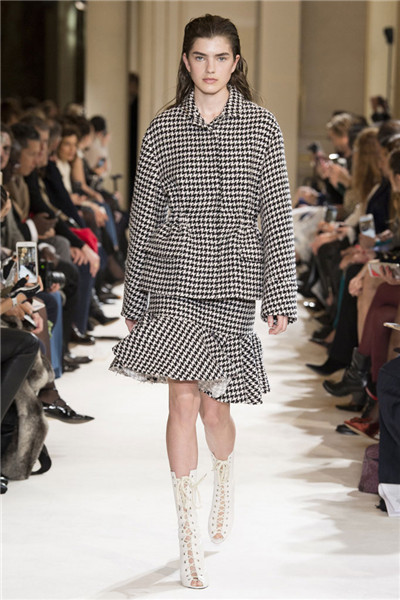 Giambattista Valli服装品牌于巴黎发布2017秋冬系列