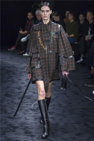 Loewe(罗意威)于巴黎时装周发布2017秋冬系列