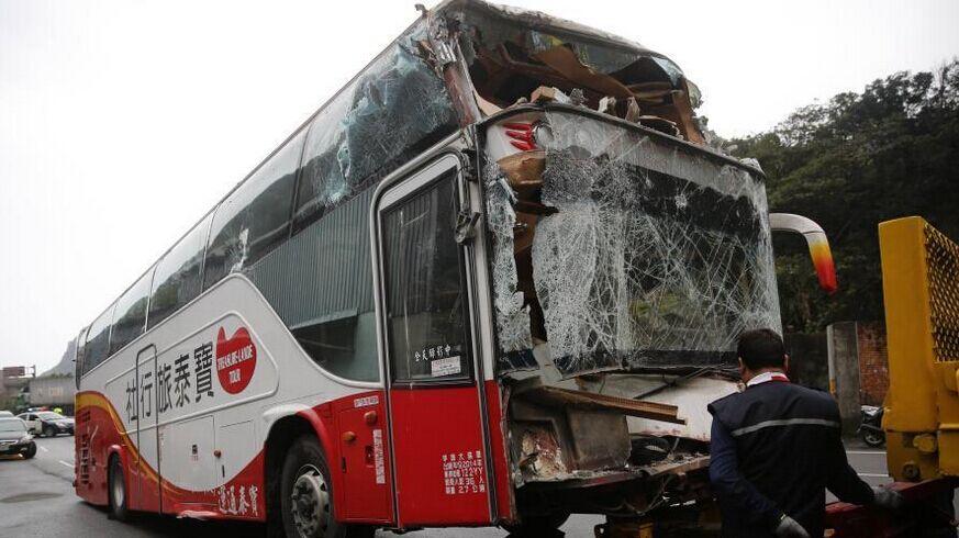 台旅游大巴撞民宅 出门在外意外险不可少