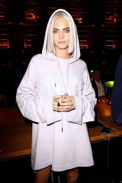 Cara Delevingne街拍示范 一头银发未来感十足