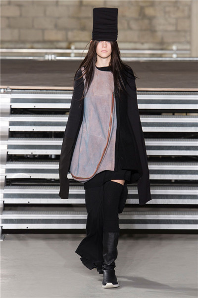 Rick Owens服装品牌于巴黎时装周发布2017秋冬系列