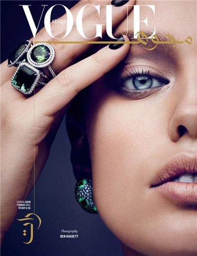 超模Emily DiDonato为《Vogue》杂志拍摄珠宝大片