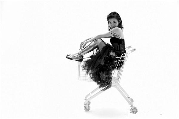 霸气十足 景甜登上《时尚cosmo》四月刊双封面
