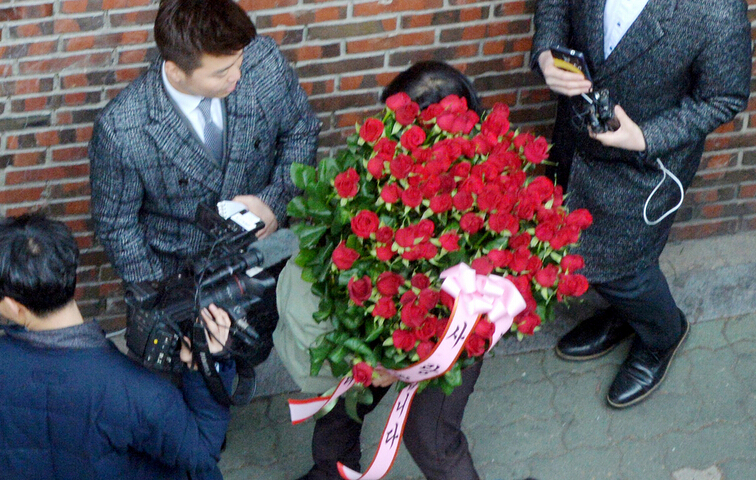 朴槿惠支持者上门送玫瑰