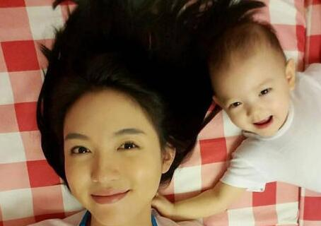 张梓琳晒长腿女儿 女儿超萌的镜头表现力引来网友纷纷点赞