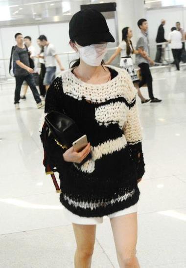 杨幂机场街拍造型示范 每一件毛衣都时髦透顶