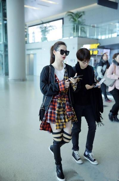 戚薇最新机场街拍示范 格纹衬衫轻松玩转少女风