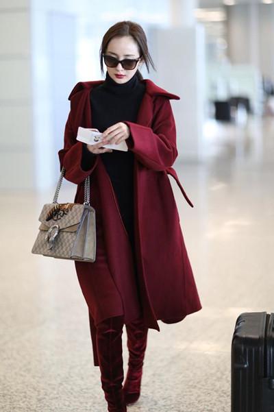 盘点杨幂街拍穿搭造型 酒红大衣+长靴时尚又温暖