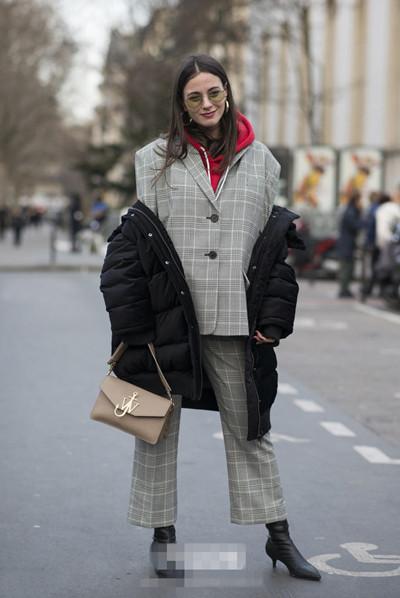时尚达人穿衣搭配示范 外套半脱不脱率性又时髦