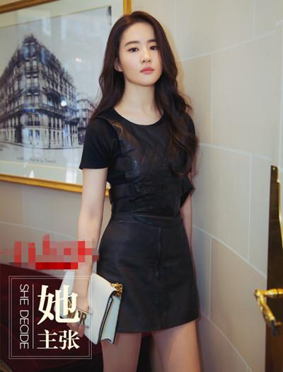 刘亦菲春季私服街拍示范 T恤搭配连衣裙造型更出彩