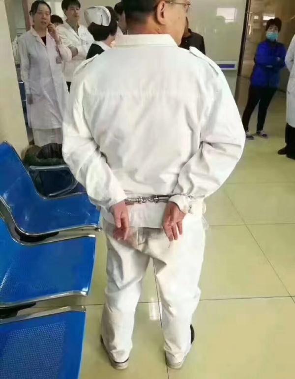副所长铐住医生 只因医生提醒他们走其他的门