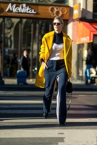 欧美达人私服穿衣搭配示范 黄色单品像迎春花一样亮眼