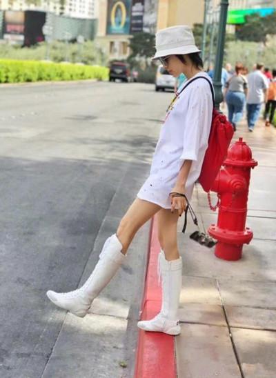 王子文最新街拍示范 白色清爽造型活泼又俏皮