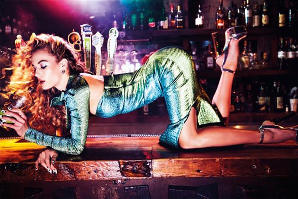 超模Hannah Ferguson登上《Wonderland》杂志封面