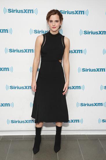 艾玛沃特森撞衫张碧晨 同穿优雅小黑裙谁更美?