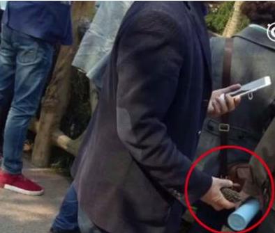 男子在用石头砸袋鼠 称难得来一趟动物园