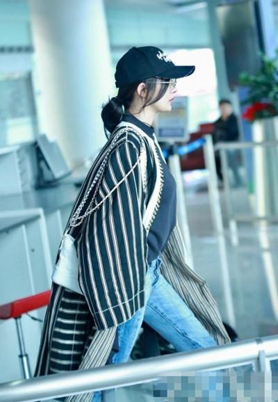 杨幂最新机场街拍示范 黑白look街头感十足