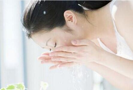 热天用冷水洗脸对吗?冷水洗脸脸真能祛除油腻吗?