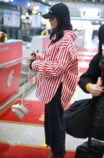 杨幂最新街拍造型示范 条纹衬衫+牛仔裤美出新高度