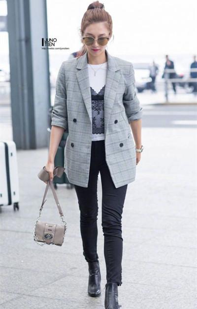 江疏影机场街拍示范 格纹西装+全黑下装精致干练