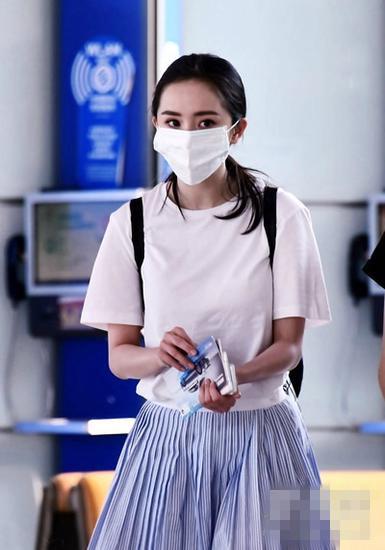 杨幂夏季街拍造型示范 白T+百褶裙清新又显活力