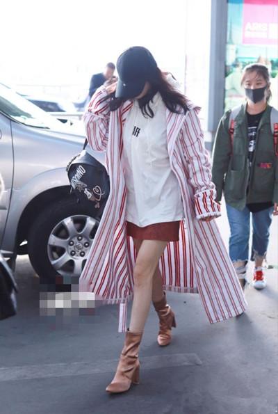 杨幂最新私服街拍示范 红白条纹长衫街头感十足