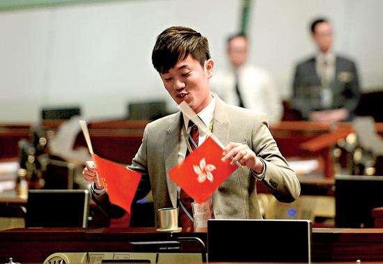 香港议员倒插国旗被批捕 或被判刑三年