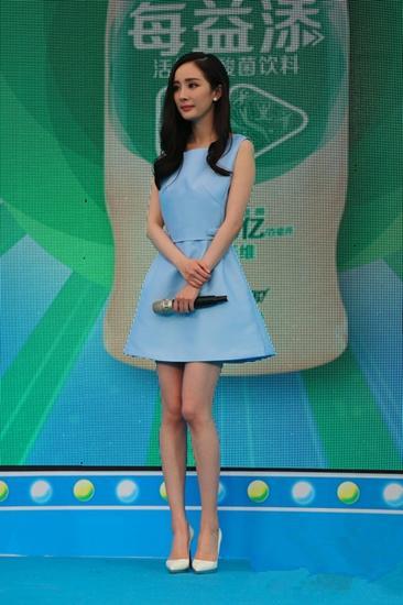杨幂私服街拍造型示范 裙装毫不吝啬大秀美腿