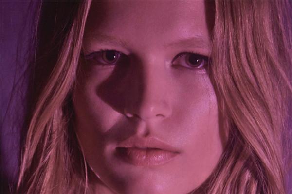 超模Anna Ewers登上《Grazia》杂志4月号封面