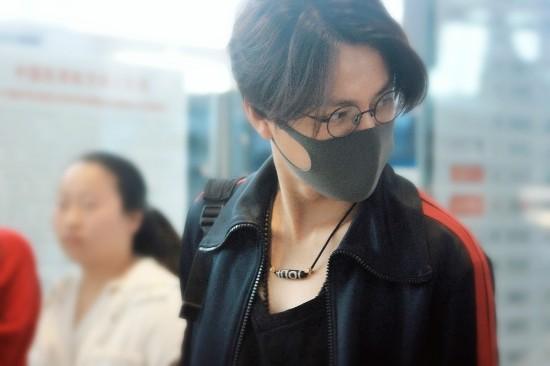 陈坤素颜现身机场 穿搭简约帅气显气场