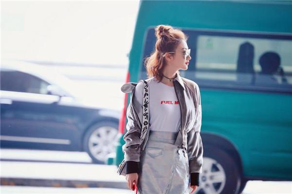 景甜现身北京机场 诠释春季时尚正确穿搭典范