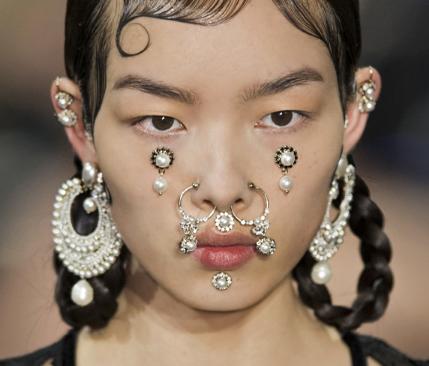 明星们已不满足戴常见首饰 珠宝武装到鼻子已是大势所趋