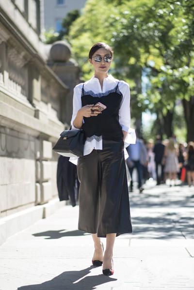 夏季穿衣搭配技巧示范 衬衫配吊带让你轻松变时髦