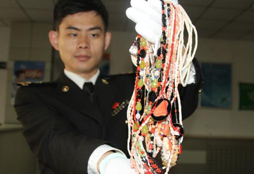 青岛海关查获国家一级保护动物红珊瑚制品23件 毛重约607克