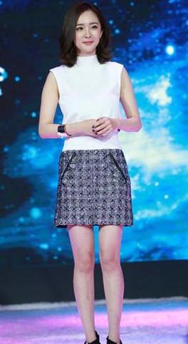杨幂穿衣搭配造型示范 爆款小短裙轻松穿出高瘦美