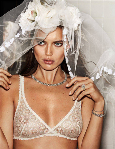 超模Emily DiDonato为《Vogue》杂志拍摄时尚大片