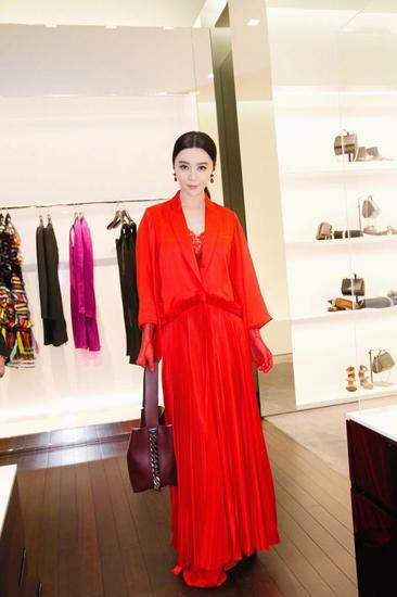 范冰冰穿衣搭配示范 红色百褶长款外套气质尽显