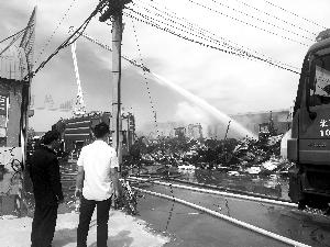 北京五金店铺火灾 连着16个店铺一起烧尽
