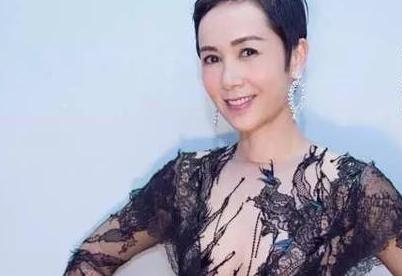 蒋雯丽佩戴伯爵Rose系列珠宝出席北京电影节闭幕式