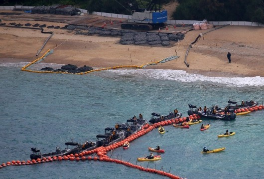 日本填海为美军建基地 市民乘坐皮艇前来抗议