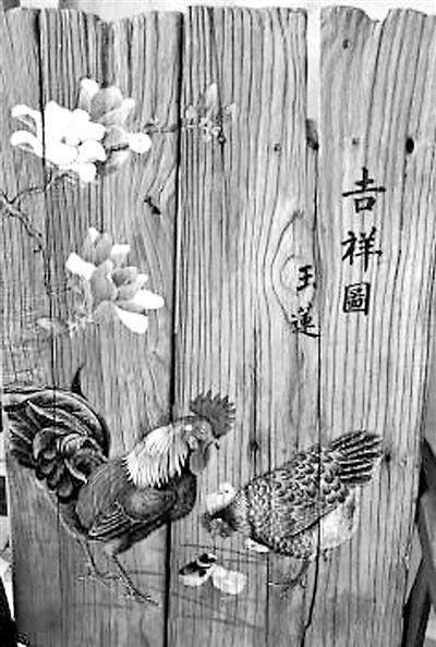 饭馆老板娘爱收藏朽木板 最爱研究木版画