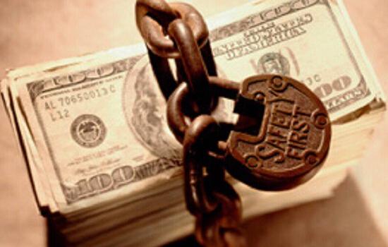 2、银行资金存管到底是什么? 根据今年2月22日发布的《网络借贷资金存管业务指引》给出的定义,网络借贷资金存管业务,是指商业银行作为存管人接受委托人的委托,按照法律法规规定和合同约定,履行网络借贷资金存管专用账户的开立与销户、资金保管、资金清算、账务核对、提供信息报告等职责的业务。 简单来说就是,由银行管理资金,平台管理交易,做到资金与交易的分离,使得平台无法直接接触资金,避免客户资金被直接挪用。
