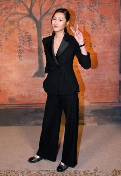 刘雯穿衣搭配造型示范 西装上身霸道总攻英俊潇洒