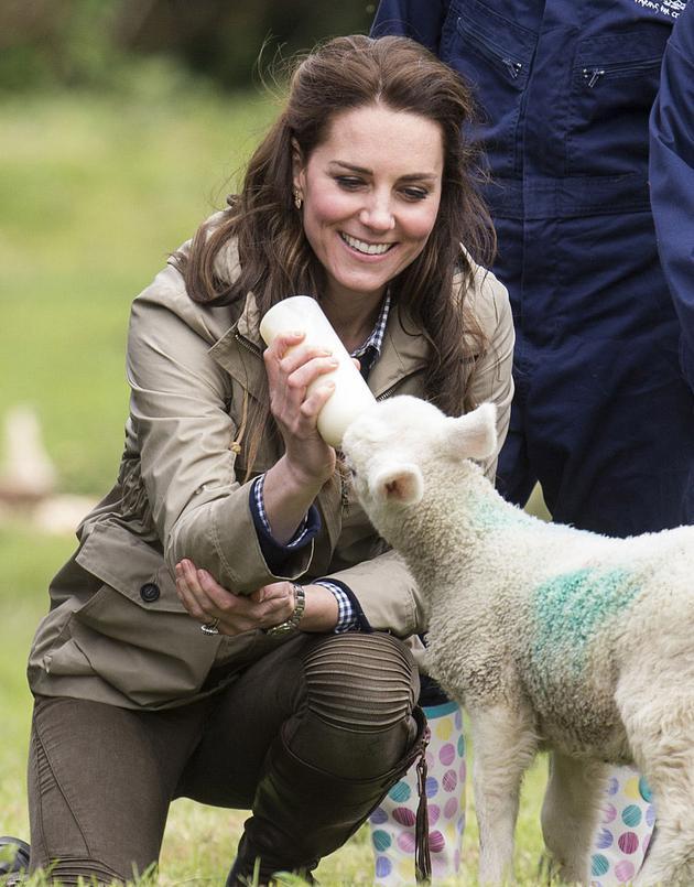 凯特王妃穿衣搭配工装外套亮相农场 优雅气质依旧迷人