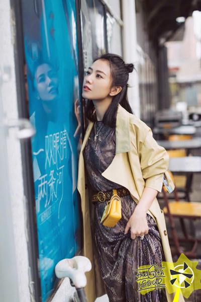 高圆圆夏季街拍示范 风衣+长裙柔美又娴静